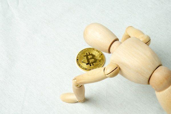 ETF上場に暗雲。7月前半の水準まで調整したビットコイン、70万円を維持できるか?